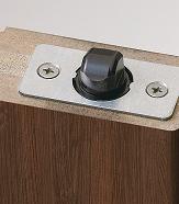 扉本体の納まりを助ける上部キャッチ機構の画像